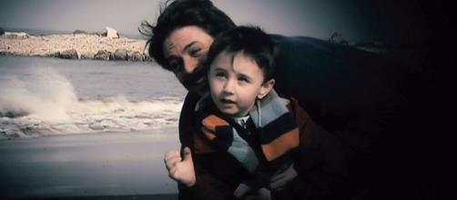 Filippo e il piccolo Valerio, in una commovente scena di Un posto al sole