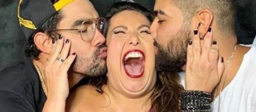 Mariana Xavier recebe beijos de Gabriel Diniz e de Dilsinho Imagem: Reprodução/ Instagram