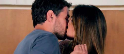 Leonardo bacia Serena in un episodio di Un Posto al Sole.