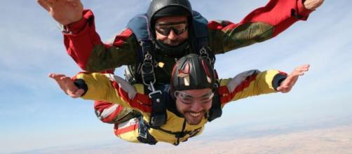 La magia del paracaidismo atrae a muchos deportistas extremos. - pinterest.com