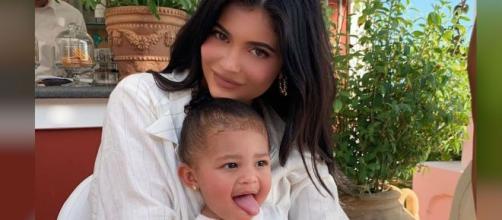 Stormi sigue los pasos de su mamá, Kylie Jenner, con nueva colección de maquillaje. - telemundo.com