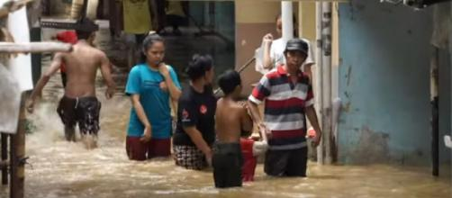 Floods in Indonesia's capital kill 21 people and force thousands to evacuate. [Image source/ABC News YouTube video]
