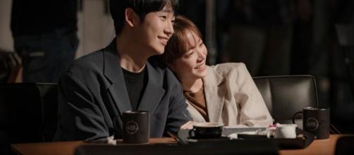 O casal Jung Hae In e Han Ji Min vivem um romance conturbado. (Divulgação/Netflix)