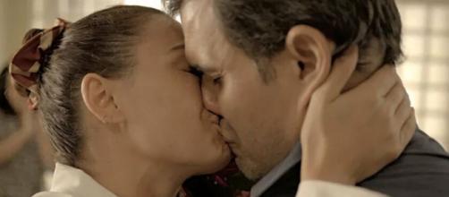 """Betina beija Magno após pedido de casamento em """"Amor de Mãe"""". (Reprodução/TV Globo)"""