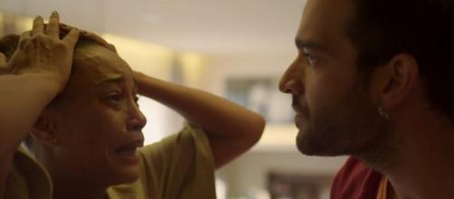 Vitória vai se desesperar diante de Sandro em cena de 'Amor de Mãe'. (Reprodução/TV Globo)