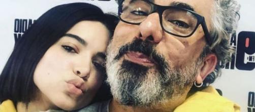 Manu Gavassi visita seu pai, o radialista Zé Luiz, no estúdio da 89. (Reprodução/Instagram/@manugavassi)