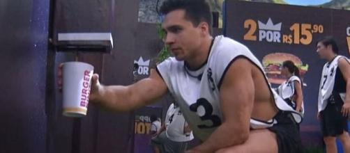 O ginasta Petrix Barbosa, do grupo Camarote, em ação durante a primeira prova de resistência do 'BBB20'. (Reprodução/TV Globo)