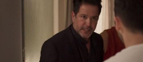 Raul briga com Vinícius em cena da novela 'Amor de Mãe'. (Reprodução/TV Globo)