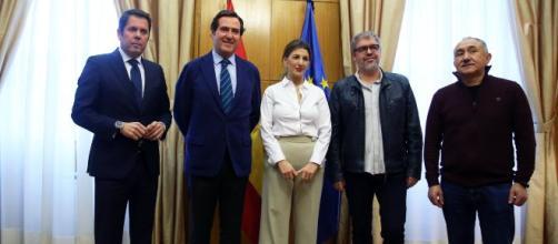 Yolanda Díaz con los representantes de la patronal y sindicatos. Ministerio de Trabajo