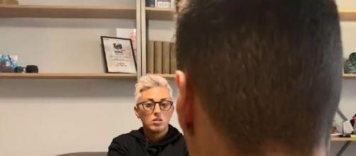 Di spalle, il ragazzo italo-tunisino a cui Salvini ha citofonato