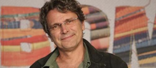 """O diretor artístico Luiz Henrique Rios durante o lançamento de """"Bom Sucesso"""". (Reprodução/Gshow)"""