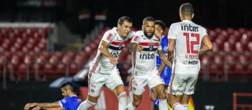 O trio, Daniel Alves, Pablo e Vitor Bueno, foi responsável por dois gols e duas assistências. (Arquivo Blasting News)