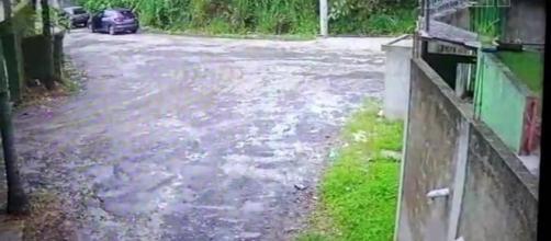 Vídeo mostra carro com corpo de PM carbonizado sendo deixado em rua de Guarulhos. (Reprodução/SBT)