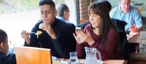 Christofer y Fani comiendo juntos en un restaurante. Twitter