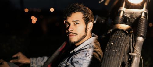 Fadi, il brano che segna il suo esordio nella categoria Nuove Proposte del Festival di Sanremo è 'Due noi'.