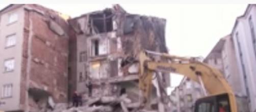 Earthquake hits eastern Turkey, killing 22. [Image source/DW News YouTube video]