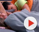 Nuria y Pol, en la cama de la casa de Guadalix. / Telecinco