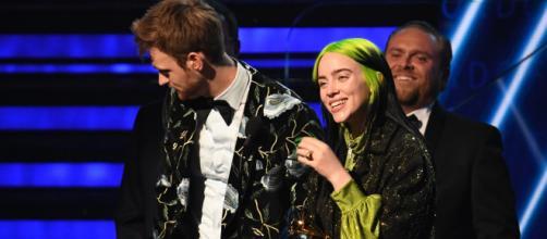Billie Eilish, junto a su hermano Finneas O'Connell, en los premios Grammy.