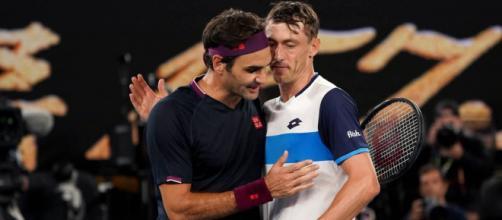 Roger Federer saluda a Millman luego del encuentro (foto de as.com)