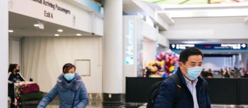 Viaggiatori negli aeroporti protetti da mascherine