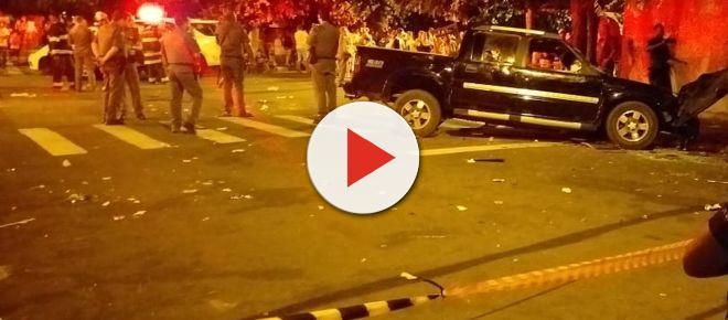 Após discussão, homem pega caminhonete e atropela 17 pessoas em bar e dois morrem