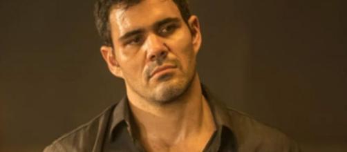 'Amor de Mãe': Magno é protegido por criminosos na cadeia. (Reprodução/TV Globo)