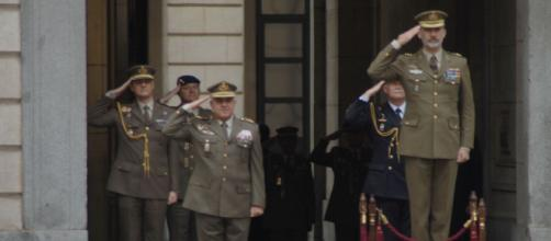 El Rey recibe los honores de ordenanza en el patio de armas del Cuartel General del Ejército de Tierra.