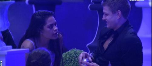 """Flayslane durante a conversa sobre beijo grego com Lucas na primeira festa do """"Big Brother Brasil 20"""". (Reprodução/TV Globo)"""