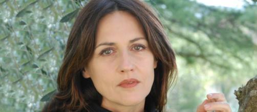 Un posto al sole Tiziana Bagatella interpreta la maestra Maria Grazia Gagliardi