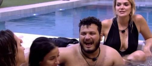Gabi Martins, Bianca Andrade, Victor Hugo e Marcela Mc Gowan cantam na hidromassagem do 'BBB20'. (Reprodução/TV Globo)