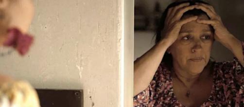 Lurdes se desespera ao receber notícia terrível sobre um de seus filhos em 'Amor de Mãe'. (Reprodução/TV Globo)