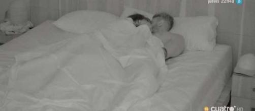 Andrea y Óscar debajo de las sábanas.