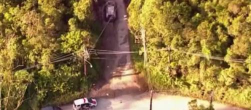 Carro estava com os corpos no porta-malas. (Reprodução/TV Globo)
