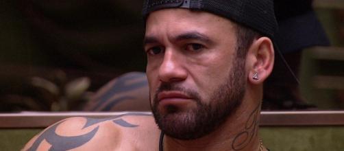 """Em conversa no """"BBB"""", Hadson brinca sobre """"encoxar"""" Mari Gonzalez. (Reprodução/TV Globo)"""