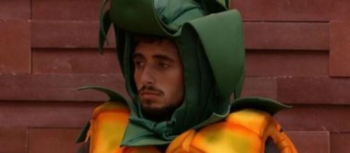 Lucas Chumbo ficou algumas horas vestido de abacaxi e disse não ter gostado do castigo. (Reprodução/TV Globo)