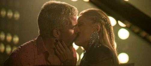 Ryan receberá uma cantada da assanhada Mel nesta quarta (28), em 'Amor de Mãe'. (Reprodução/TV Globo)