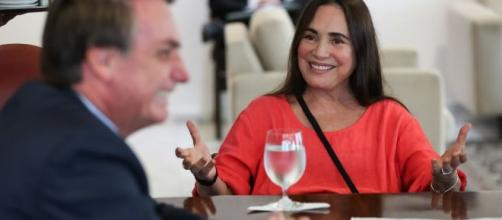Segundo William Bonner, a Rede Globo negocia fim de contrato com Regina Duarte. (Arquivo Blasting News)
