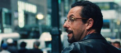 Adam Sandler vive joalheiro cheio de dívidas no filme 'Jóias Brutas' da Netflix. (Arquivo Blastingnews)