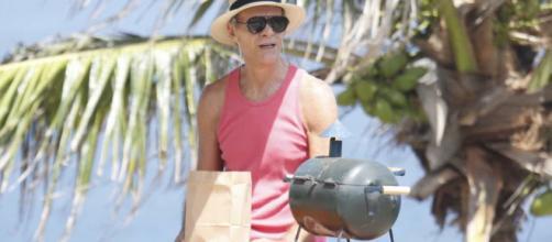 Ator Mário Gomes vende lanche na praia. (Arquivo Blasting News)