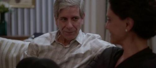 Miguel não se cansa de ouvir as reclamações de Lídia em 'Amor de Mãe'. (Reprodução/TV Globo)