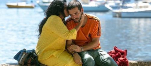 Lurdes vai consolar Sandro ao revelar que ele não é seu filho em 'Amor de Mãe'. (Reprodução/TV Globo)