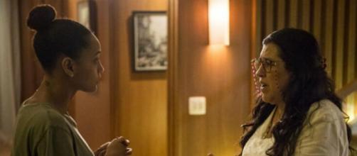 Vitória (Taís Araujo) conta para Lurdes (Regina Casé) que Sandro (Humberto Carrão) não é Domênico. (Estevam Avellar/TV Globo)