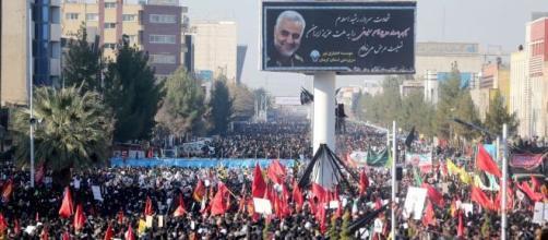 Iranianos acompanham cortejo com o corpo do general Qassem Soleimani, nesta terça-feira (7), em Kerman, no Irã. Foto / Fars Agência de Notícias