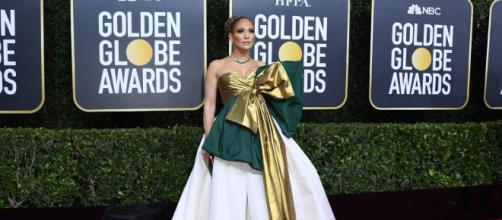 Jennifer Lopez apostou em look que chamou atenção no tapete vermelho do Globo de Ouro (Arquivo Blasting News)