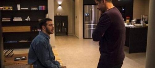 """Raul e Vinícius tem conversa séria em """"Amor de Mãe"""". (Divulgação/TV Globo)"""