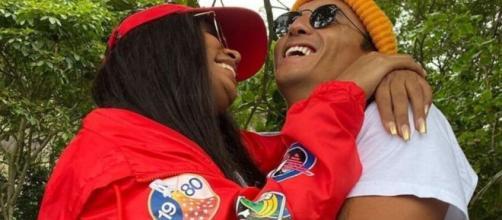 Rebecca e Flávio Nakagima se abraçam em foto. (Arquivo Blasting News)