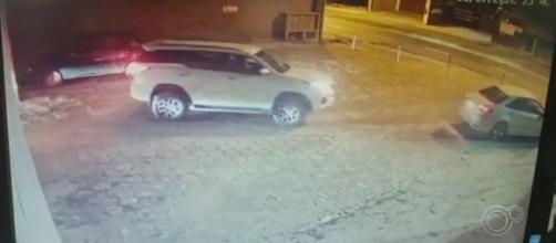Câmeras registraram os veículos deixando o local. (Reprodução/TV Tem)