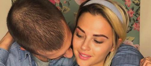 La nouvelle photo de Kelly Vedovelli sur Instagram choque les internautes pour sa proximité avec son frère. Credit: Instagram/kellyvedovelli