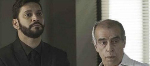 """Pessanha entrega Diogo para a polícia em """"Bom Sucesso"""". (Reprodução/TV Globo)"""