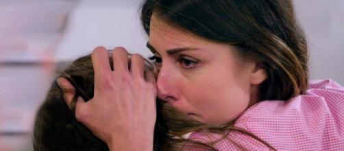 Serena (Miriam Candurro) abbraccia la piccola Irene (Greta Putaturo)